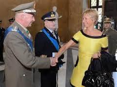 Stretta di mano tra la Ministra  e il Gen. Stefanini: sarà il nuovo Capo SMD?