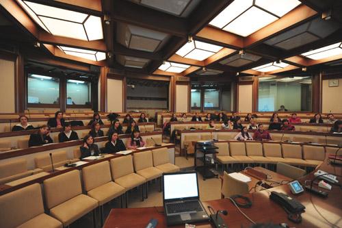 Libro bianco oggi la ministra pinotti riferisce nella for Commissione difesa camera